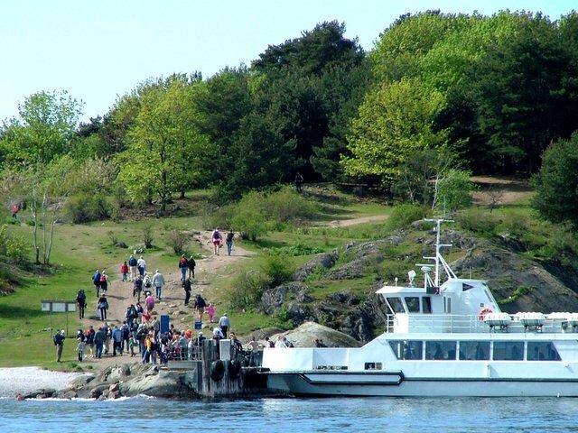 Noen lovlydige båteiere fortøyer utenfor og svømmer inn til land.